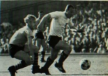 Im DFB-Pokal-Endspiel das Duell Jockel Bracht gegen Uwe Seeler
