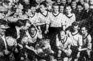 Mannschaftsbild mit Schale - Deutscher Meister 1957, wieder der BVB