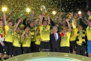 Der Pokal soll auch am Samstag wieder in schwarzgelben Händen liegen