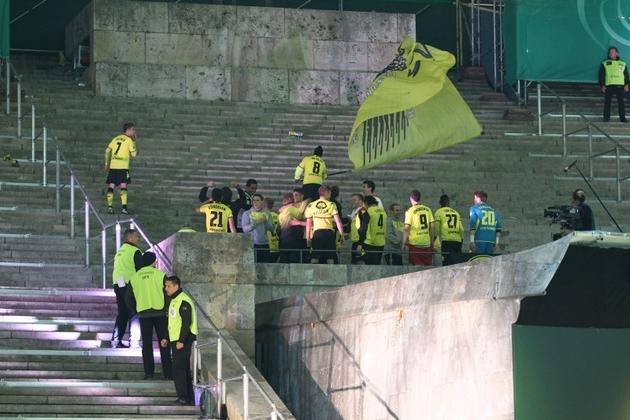 Die BVB-Fahne im Olympiastadion
