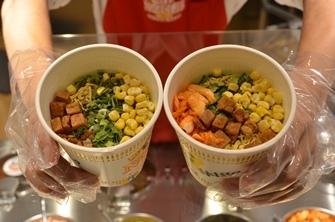 Produktion der eigenen Cup Noodles - in Japan ist nichts unmöglich