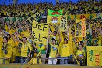 Fans von JEF United feuern ihre Mannschaft an