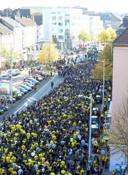 In der Summe sprachen die zahlreichen Medienvertreter von 3000 – 5000 Teilnehmer Fanmarsch zum Westfalenstadion