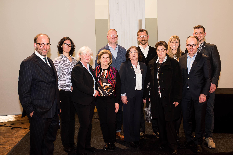Die Organisatorinnen und Organisatoren gemeinsam mit Mitgliedern der Familie Frankenthal sowie der Shoah-Überlebenden Eva Szepesi und ihrer Tochter