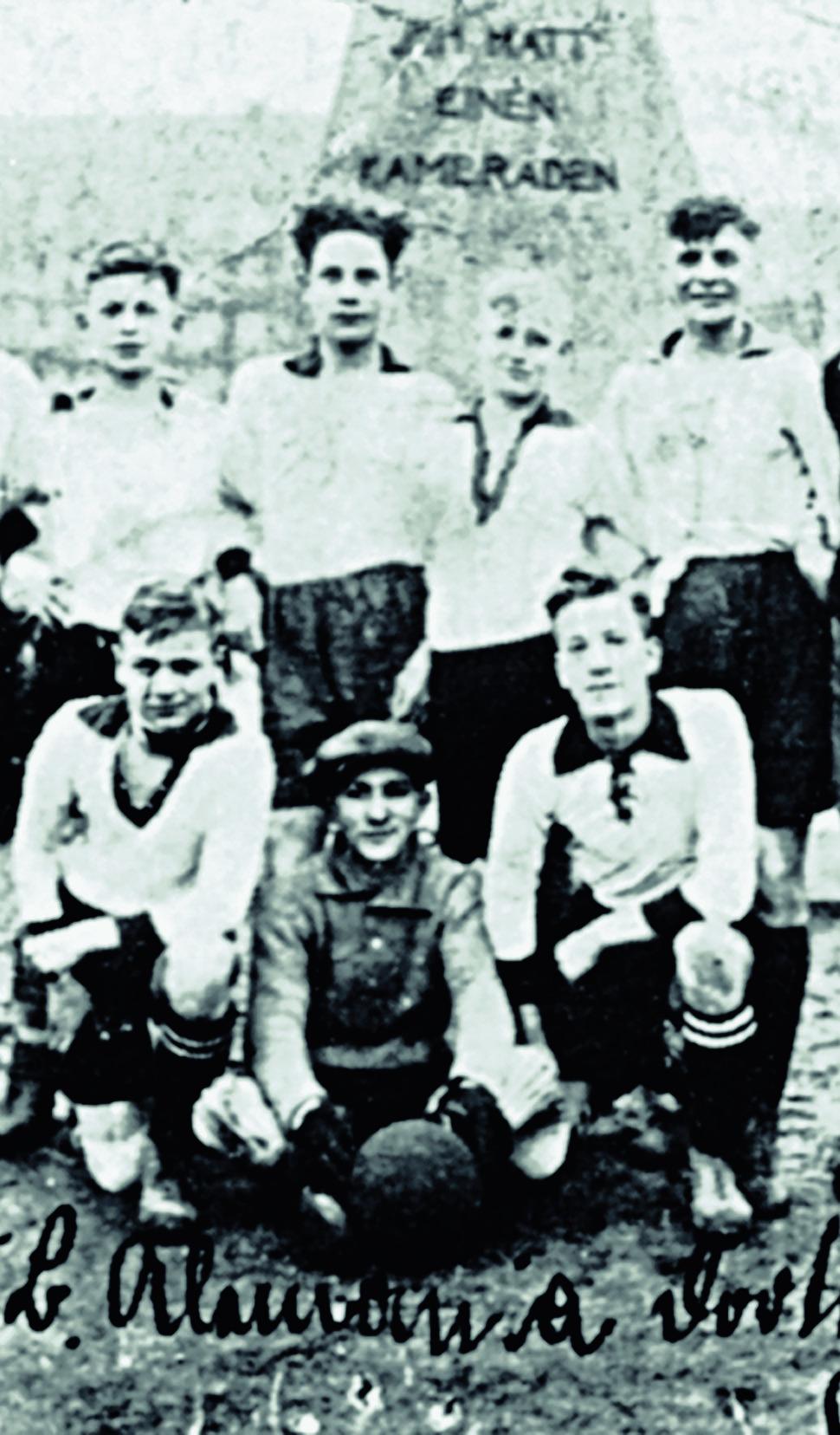 Auch jüdische Fußballer in Dortmund waren der Verfolgung ausgesetzt. Das Foto zeigt in der Mitte Moshe Bramberger, den jüdischen Torhüter des VfB Alemannia.