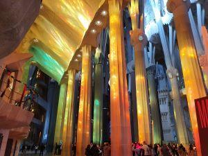 Die Sagrada Familia von innen: man muss es mögen.