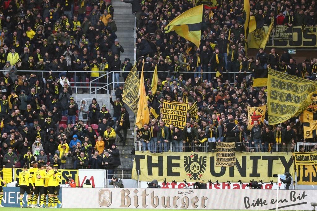 BVB-Torjubel zum 1:0 vor der Fankurve
