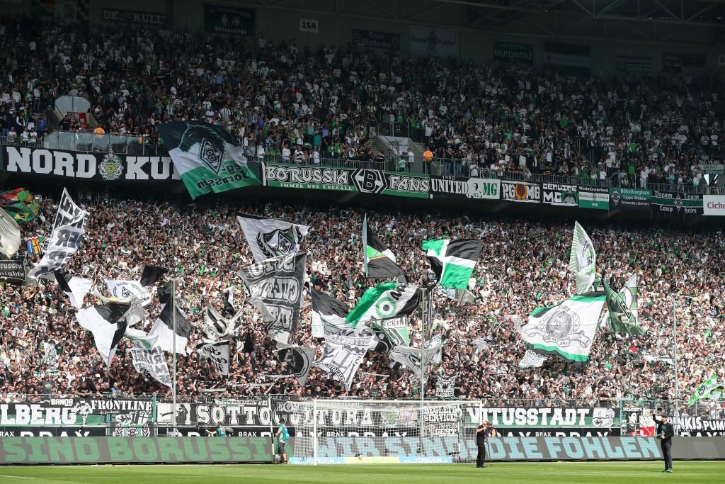 Die Nordkurve Mönchengladbach passte sich schnell dem Spielgeschehen an