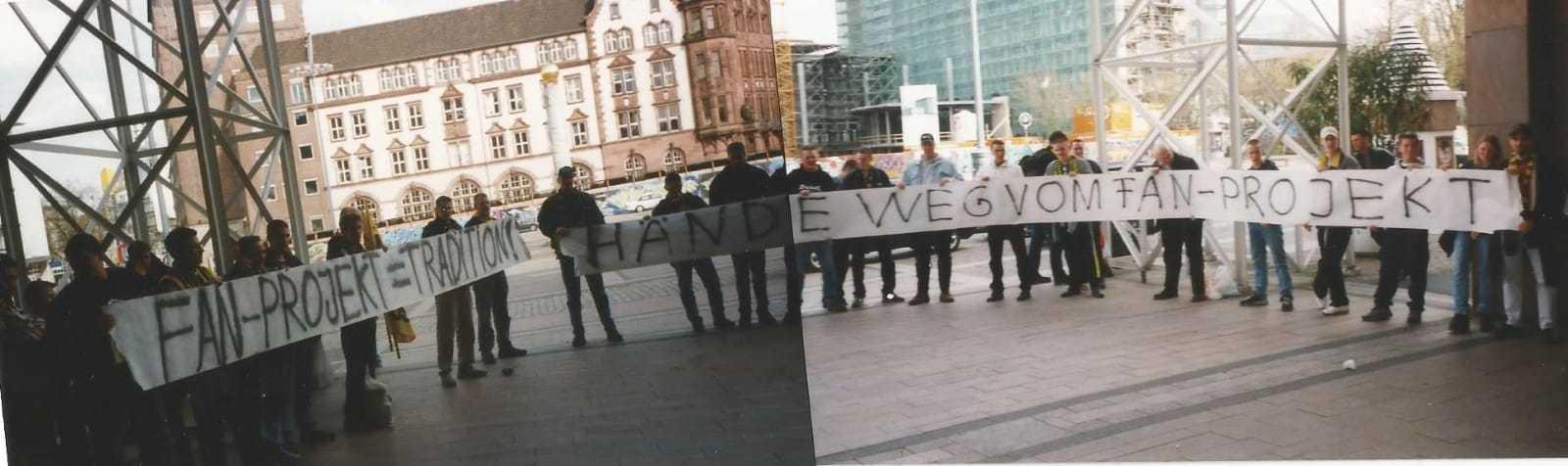 """""""Hände weg vom Fanprojekt"""" - Aktion bei der Übergabe des UEFA-Pokals an die Stadt Dortmund 2001 (Foto: Pini)"""