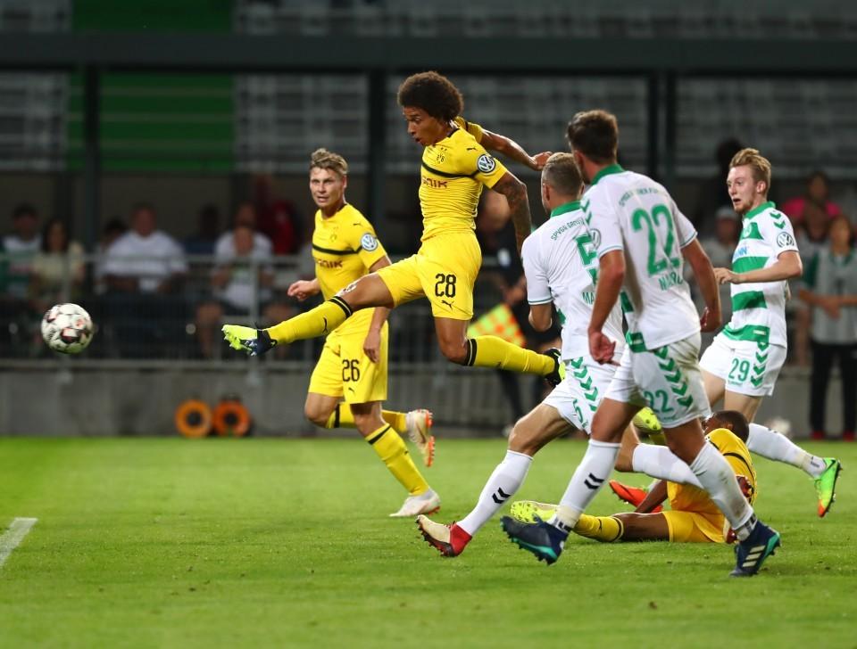 Artistisch: Axel Witsel (mittig) rettete den BVB in der 1. Pokalrunde in Fürth sehenswert die Verlängerung.