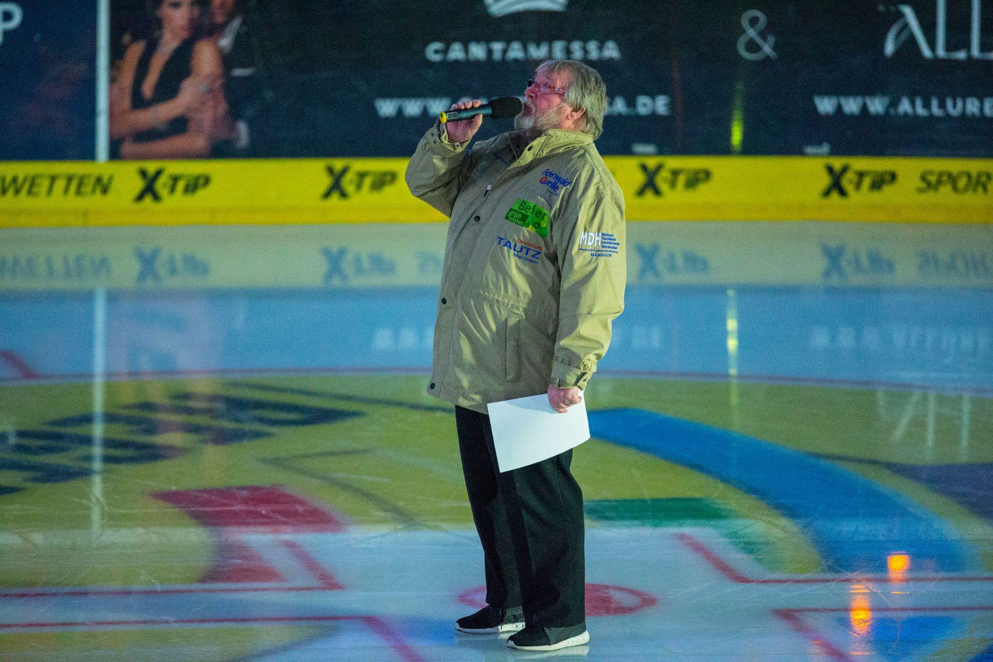 Udo Scholz auf dem Eis bei den Adler Mannheim