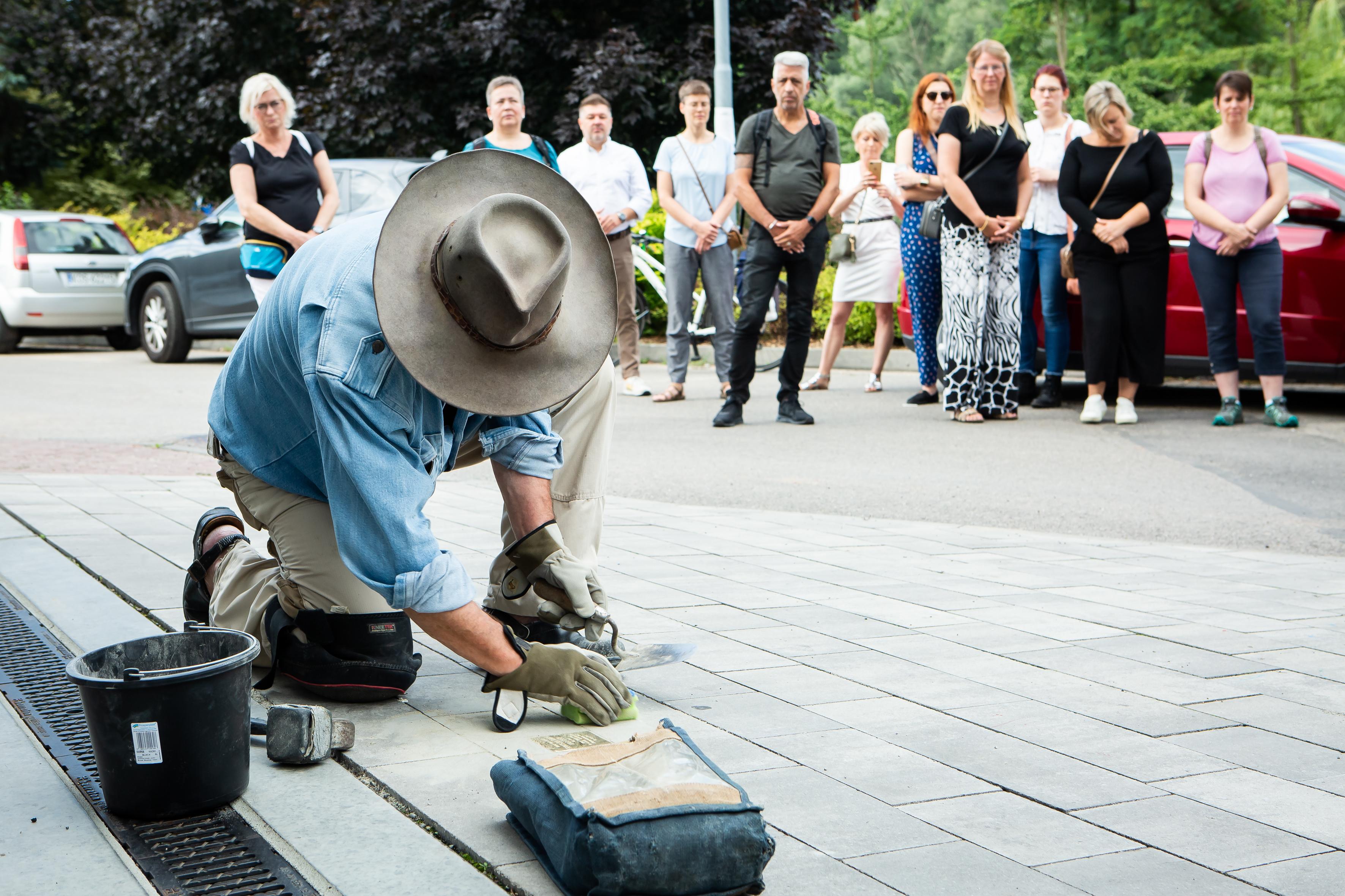 Gunther Demning verlegt den ersten Stolperstein in Owswiecim