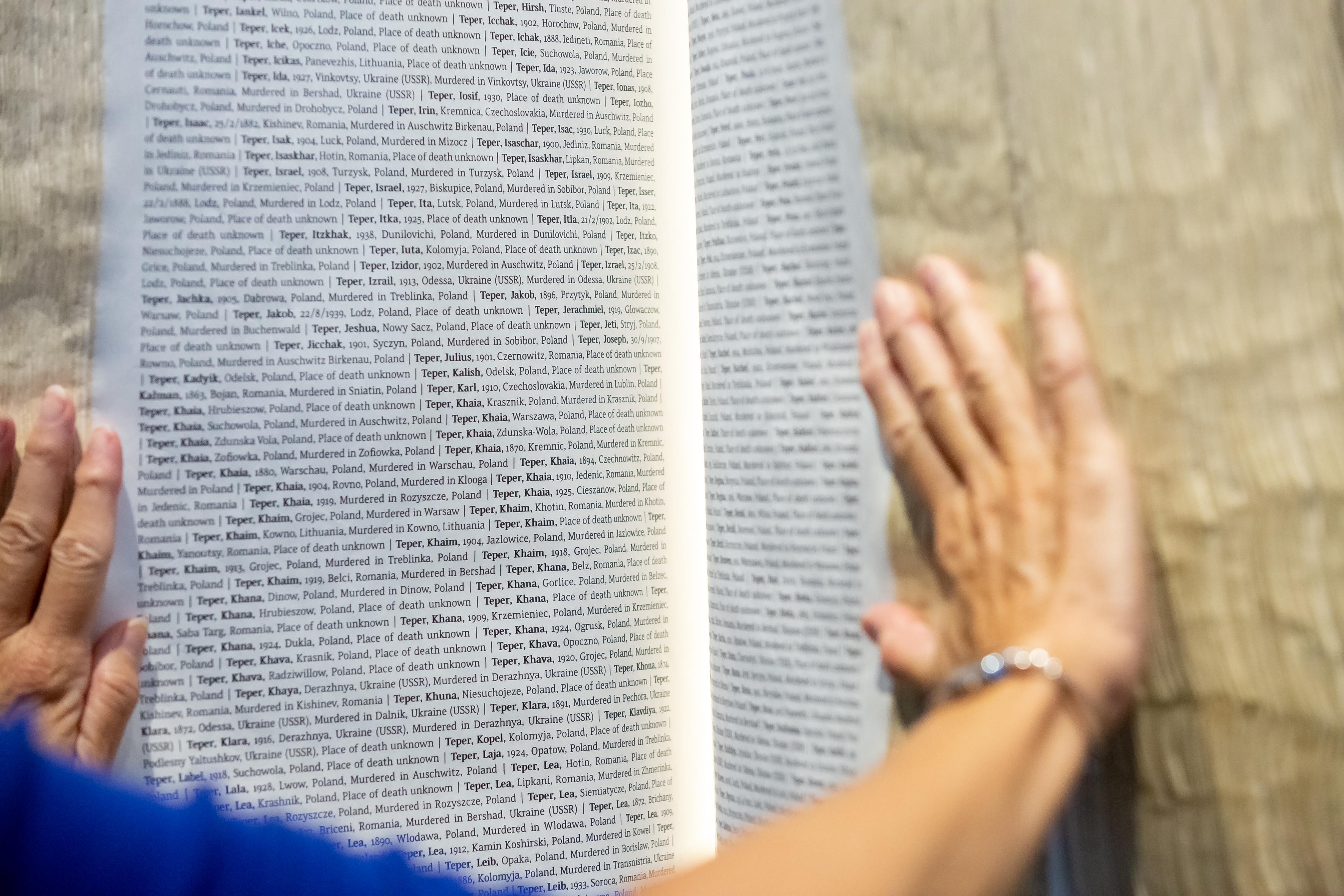 """Das """"Buch der Namen"""" in der Shoa Ausstellung der Gedenkstätte Auschwitz-Birkenau"""