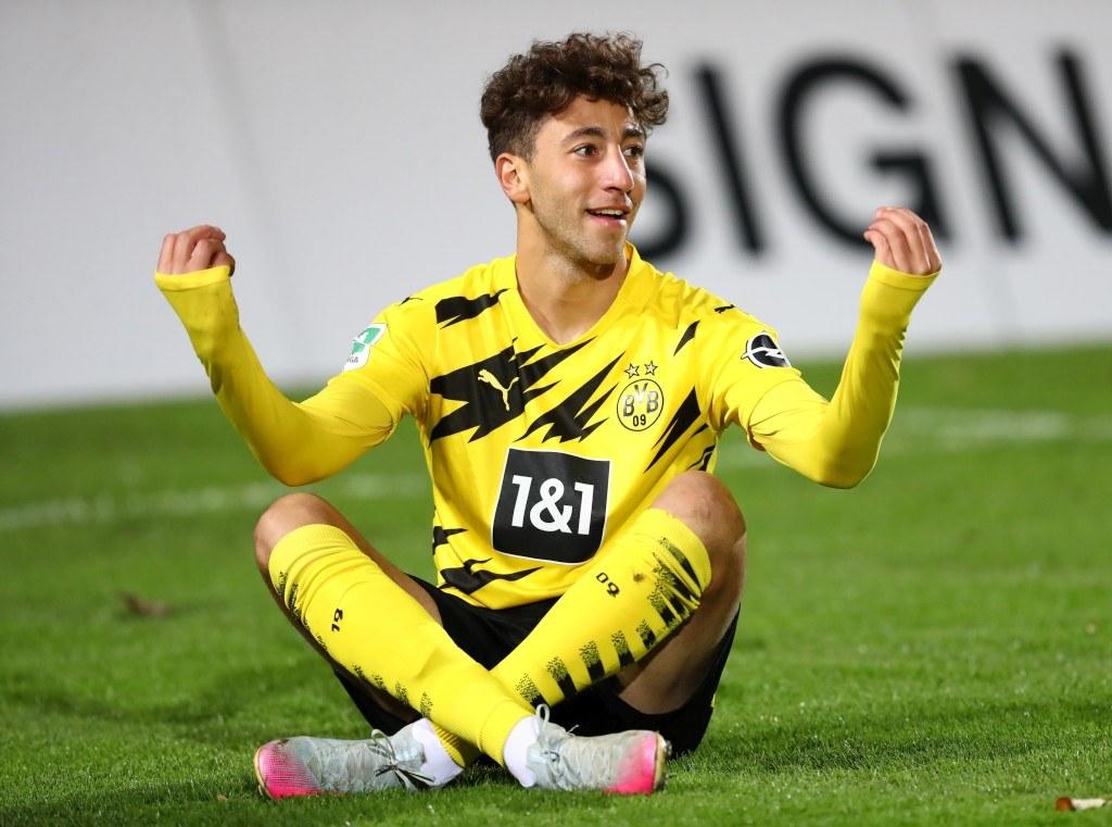 Alaa Bakir macht nach dem Torjubel zum 1:0 den Haaland
