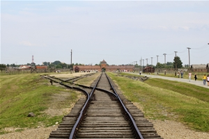 Das berühmte Torgebäude von Birkenau