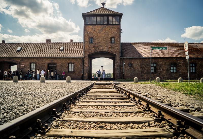 Das Eingangstor zum Vernichtungslager Auschwitz