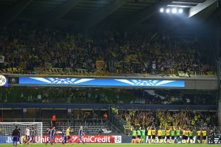 Mannschaft und Fans bejubeln den Sieg nach dem Spiel zusammen