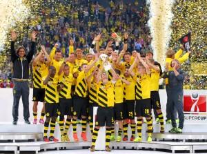 Sebastian Kehl stemmt den Pokal gen Himmel