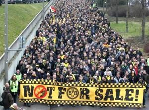 BVB-Fans vor zwei Wochen vor der B1-Unterführung Hohe Straße