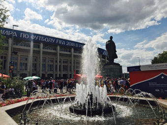 Das Ereignis als Ironie: Lenin überblickt das FIFA-Fest