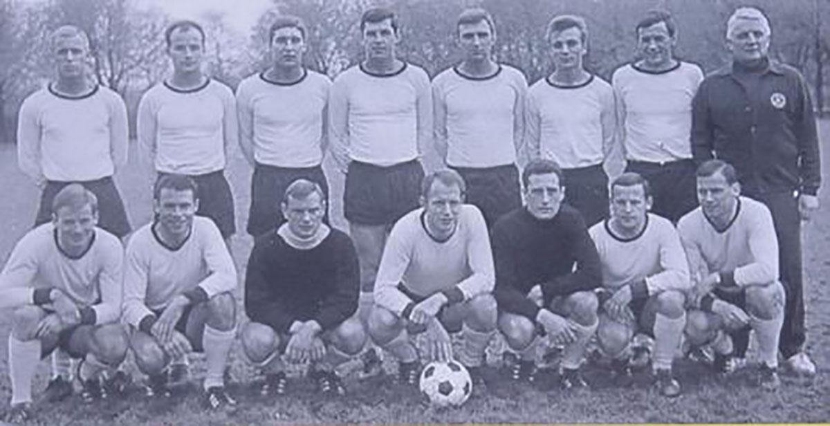 Mannschaft von 1965/66, Siggi Held steht in der hinteren Reihe ganz links