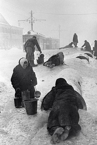 Bewohner des belagerten Leningrads holen Wasser aus einer gebrochenen Wasserleitung (Quelle: RIA Novosti archive, image #35 / Vsevolod Tarasevich / CC-BY-SA 3.0 )