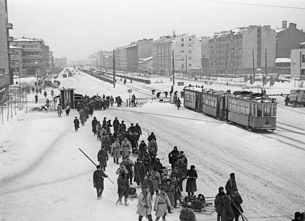 Der Moskau Prospekt in Leningrad führt zur Front während des Zweiten Weltkriegs 1941-1945 (Quelle: RIA Novosti archive, image #178610 / Boris Kudoyarov / CC-BY-SA 3.0)