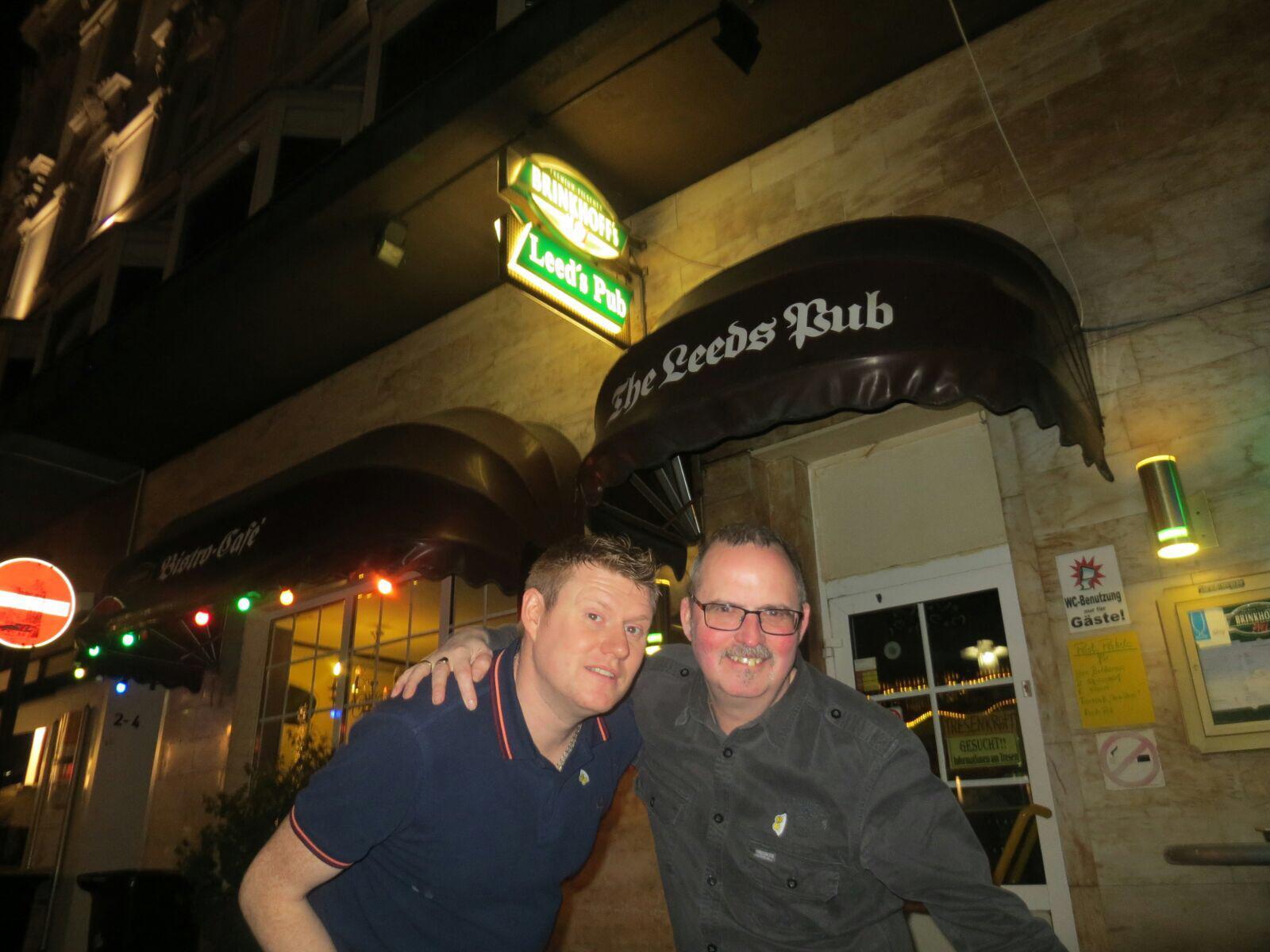 """Chris und Mark in ihrem """"natürlichen Umfeld"""". Der Leeds Pub in Dortmund"""