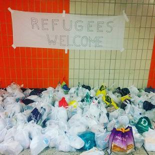 Plakat am Hauptbahnhof heißt Flüchtline willkommen