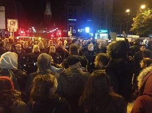 Die Polizei stellt sich den Flüchtlings-Unterstützern entgegen