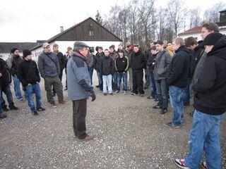 BVB Fans besuchen die Gedenkstätte Dachau