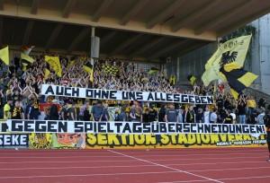 Spruchband gegen die parallelen Spieltagsansetzungen beim Spiel gegen die SV Kickers
