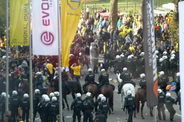 Berittene Polizei und Pfefferspray-Einsatz vor dem Stadion