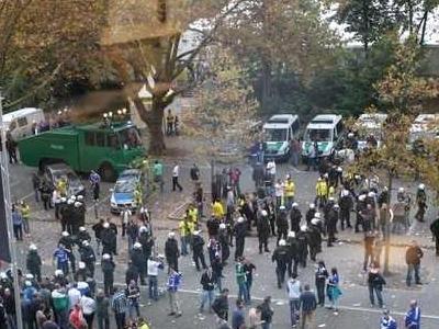 Wasserwerfer und Mannschaftswagen der Polizei