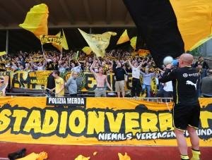 Christian Knappmann feiert mit den Ultras