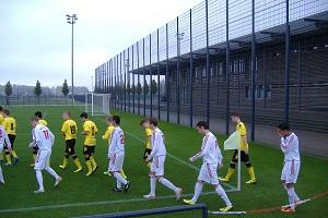 Die Mannschaften des BVB und des Bonners SC laufen ein