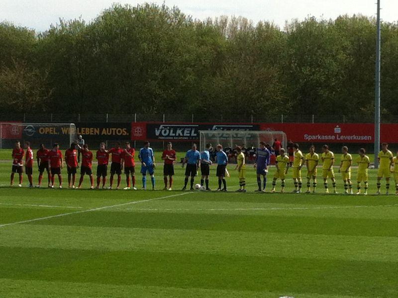 Beide Mannschaften vor dem Spiel