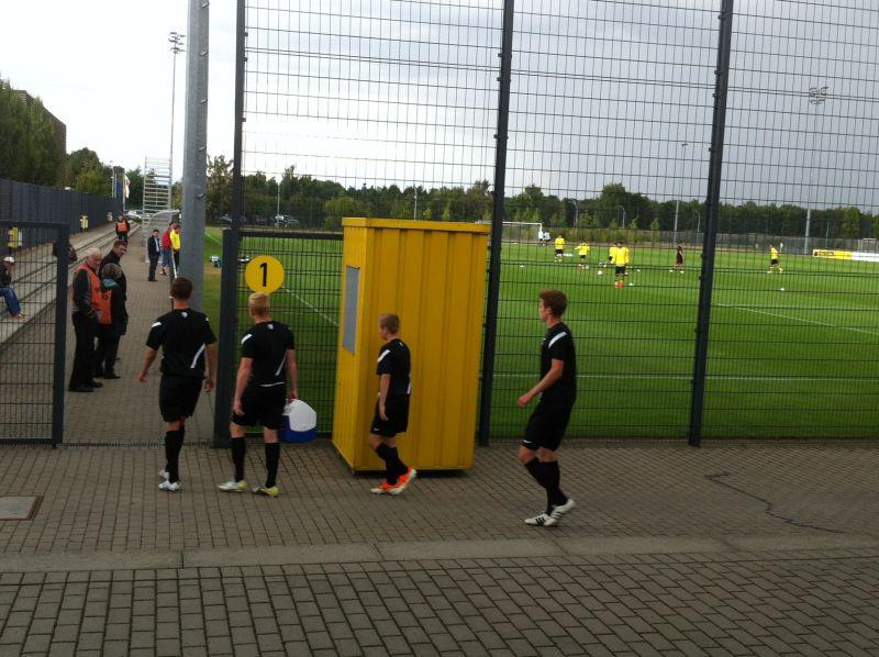 Die Mannschaften betreten den Platz