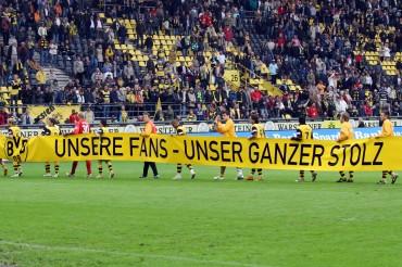 """Im Jahr 2008: Die Mannschaft trägt ein Transparent mit der Aufschrift """"Unsere Fans - unser ganzer Stolz"""""""