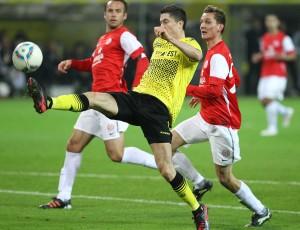 Dortmund's Lewandowski reacing for the ball