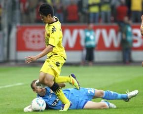 Kagawa tries to play around the Leverkusen keeper