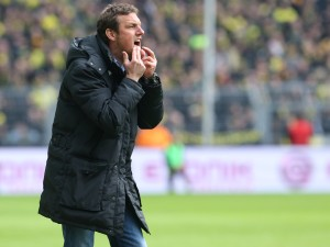 Der Augsburger Trainer Weinzierl in action