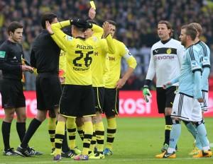 Kartenkarussel nach der Attacke von Lewandowski an van der Vaart