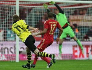 Marco Reus prüft Manuel Neuer