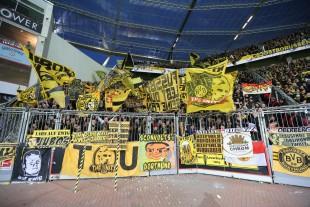 Voll, aber nicht so lautstark wie gewohnt zeigte sich die Gästekurve in Leverkusen