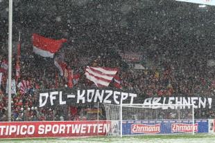 Protestspruchband in der Freiburger Nordkurve