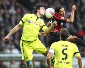 Mats Hummels im Zweikampf gegen einen Frankfurter