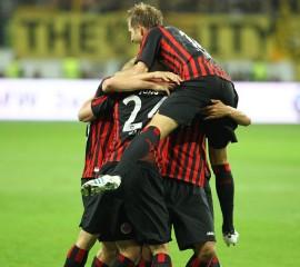 Die Eintrachtspieler feiern das 2-2