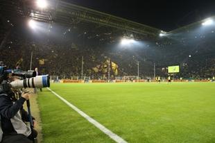 Auch gegen Bremen wieder zu sehen: Unser Westfalenstadion bei Flutlicht.