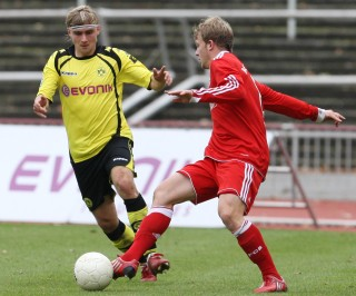 Marcel Schmelzer plays the Dede-position